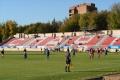 футбольное поле и трубуны